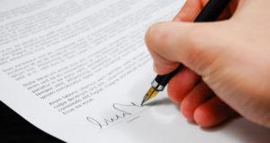 Lee con mucha cautela cada parrafo del contrato para evitar cualquier desacuerdo a futuro con la empresa