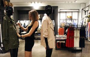 Trabajar como dependiente de tienda es uno de las puestos que más buscan las chicas como primer empleo